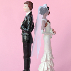 Cake figurines standing with their backs to each other